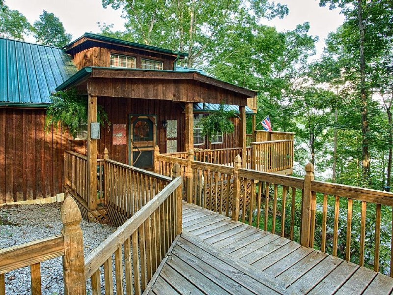 'Rustic Luxury' Lakefront Cabin In Beautiful Wooded Surroundings!, vacation rental in Monticello