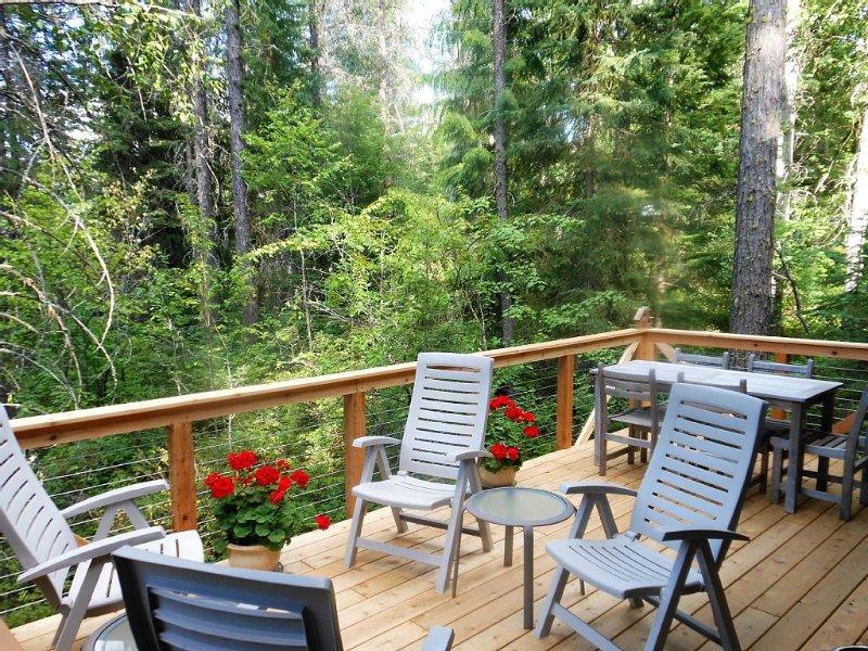 Creekside Cabin ~ Private, Peaceful, and Convenient to Glacier ~ Wonderful Deck, alquiler de vacaciones en Columbia Falls