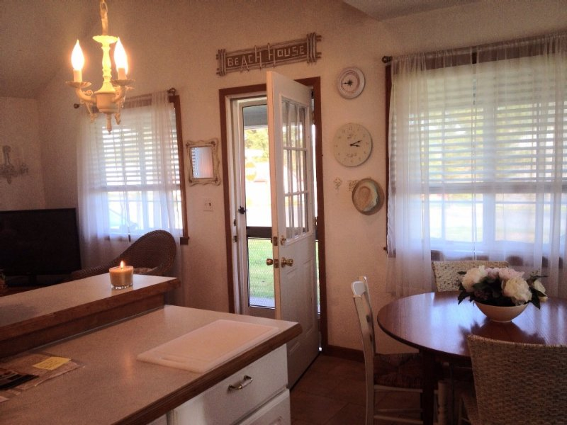 Cozy Sunset Beach Cottage By Lake and Ocean, Peaceful Setting *Wi-Fi*, holiday rental in Hammond