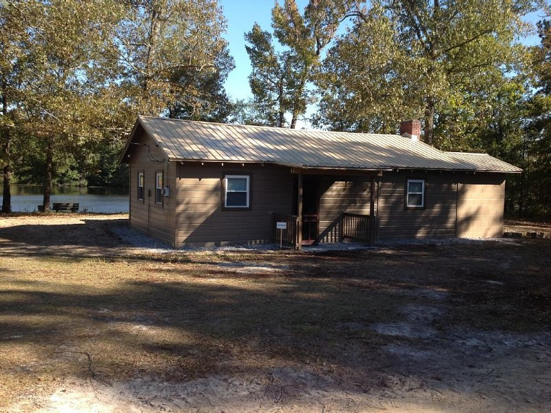 Secluded Cabin Retreat with Hot Tub, & Pond for Fisherman or Family Get Away, holiday rental in Gaston