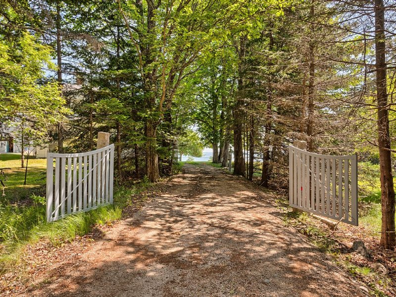 Two Houses, Your Own 600' Of Deep Waterfront, Boat Launch, Private Sand Beach., holiday rental in Stonington