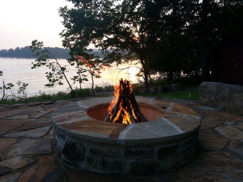 Direct Lakefront Getaway - Convenient Location, Fire Pit, and Lake Access, holiday rental in Rogers