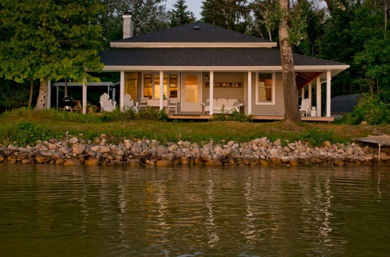 Enchanting, Historic Cottage on Lake Bellaire, alquiler de vacaciones en Bellaire