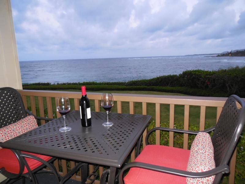 Beautiful OCEANFRONT Kauai Condo with Spectacular Views & Beach Access, alquiler de vacaciones en Kapaa