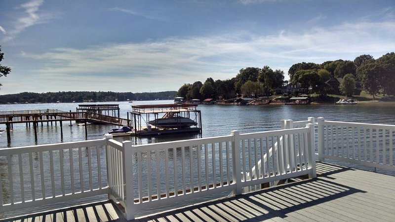 Lake Front Home With Beautiful Veiw And Deep Water, casa vacanza a Catawba