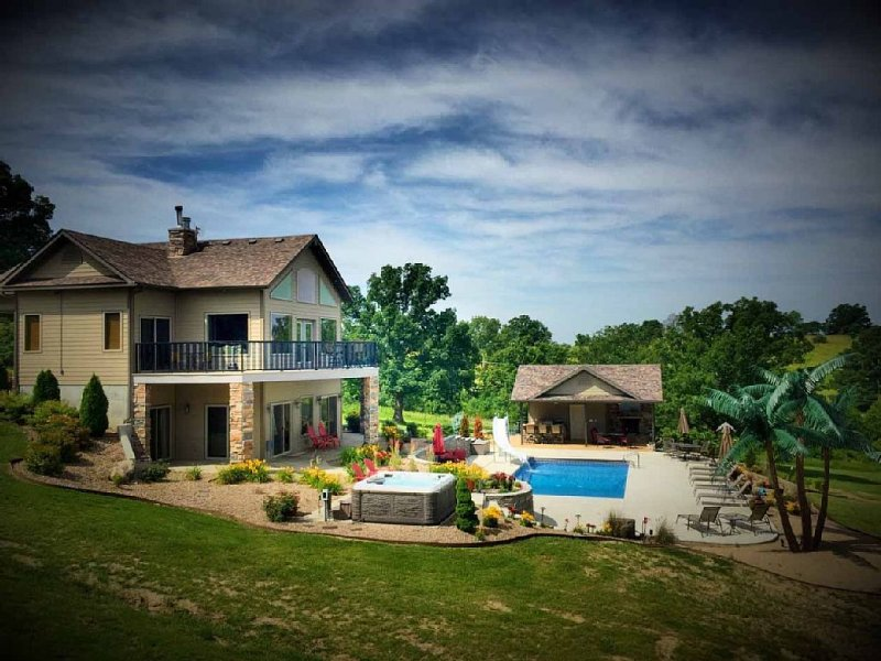 Scenic Lakeside Chateau with Heated Pool, Hot Tub & Outdoor Kitchen-TV-Fireplace, alquiler de vacaciones en Owensville