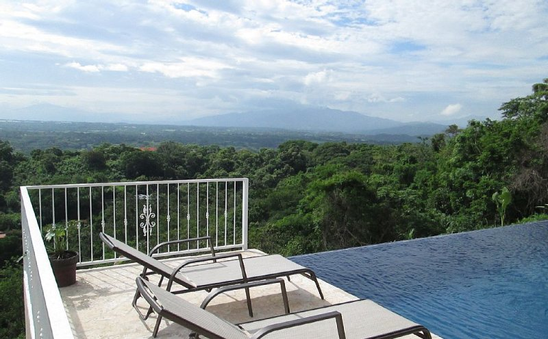 Gorgeous Home with Spectacular Views of Volcanoes and the Entire Central Valley!, holiday rental in Mercedes
