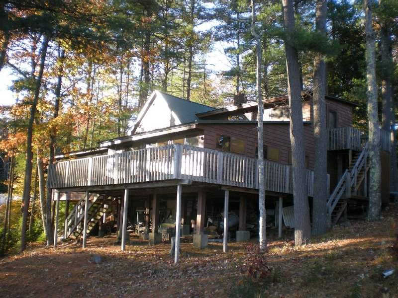 Spacious Lakeside Waterfront Summer Cottage, location de vacances à Troy