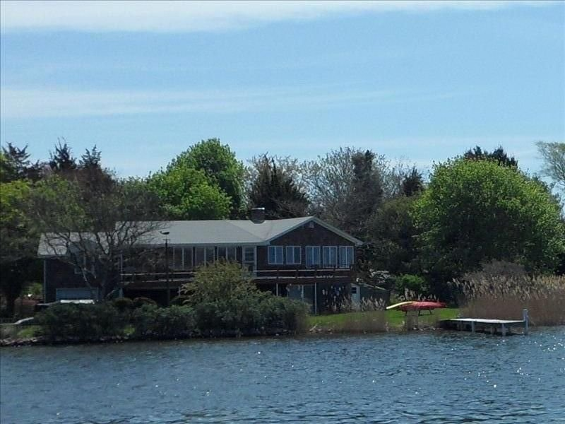 Waterfront Vacation Home with Dock, Located on Green Hill Pond, location de vacances à Washington County