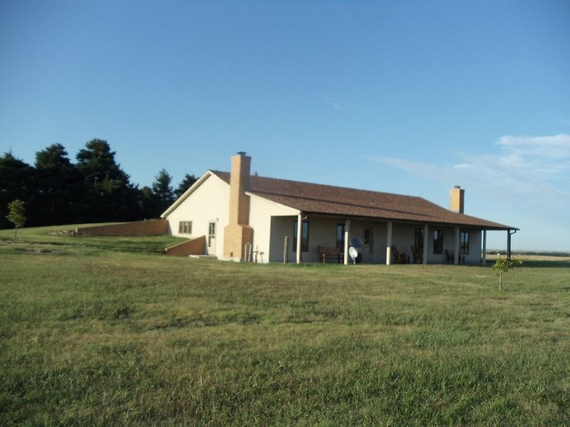 South 40 Lodge: Central Ks Lodging With Amazing Views & Sounds Of The Country, holiday rental in Salina