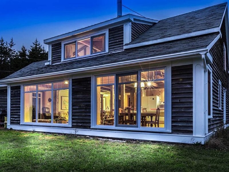 Unique Oceanview Hilltop Retreat, vacation rental in LaHave