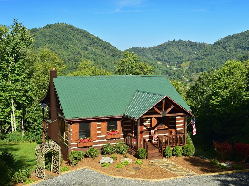 Secluded luxurious mountain log cabin but only 4 miles to downtown Boone!