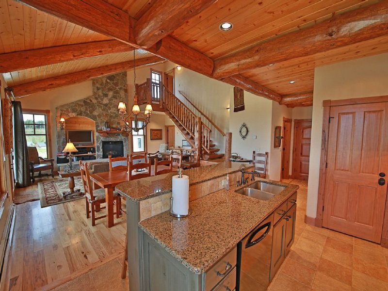 Beautiful designer home with views of the ski area and surrounding Mountains!, alquiler de vacaciones en Fraser
