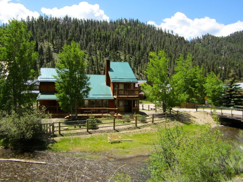 On the River!  Luxury Red River Cabin W/ Pool Table-In Town-2 balcony, 3 Kings, holiday rental in Red River