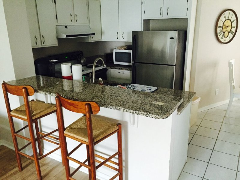 Ocean view updated condo - steps from the beach! Pool on site, and free Wi-Fi!, vacation rental in Isle of Palms