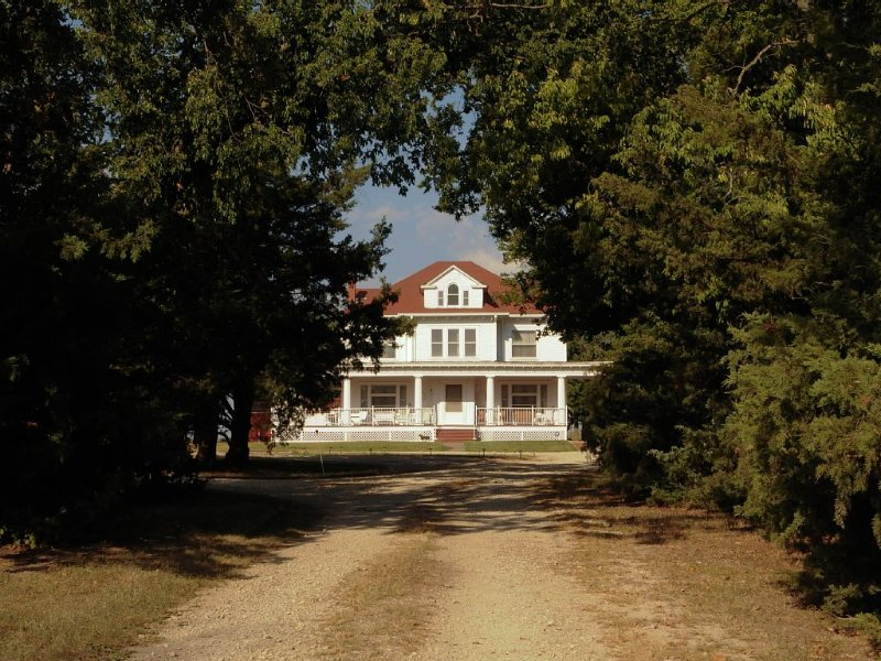 Keene Road Country Estate with Rustic Barns, holiday rental in Maple Hill