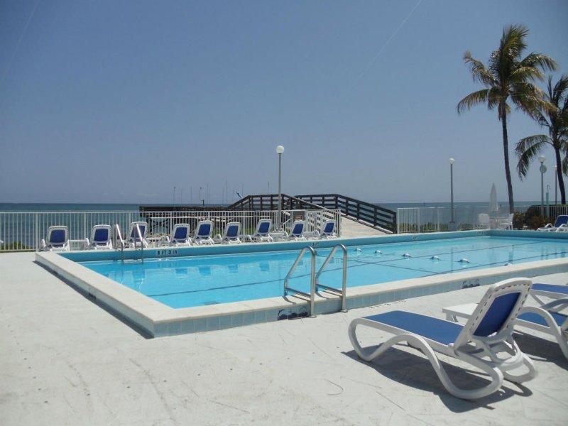 Beautiful Updated 2 Bedroom Oceanside Condo In Key Colony Beach Florida!, location de vacances à Marathon