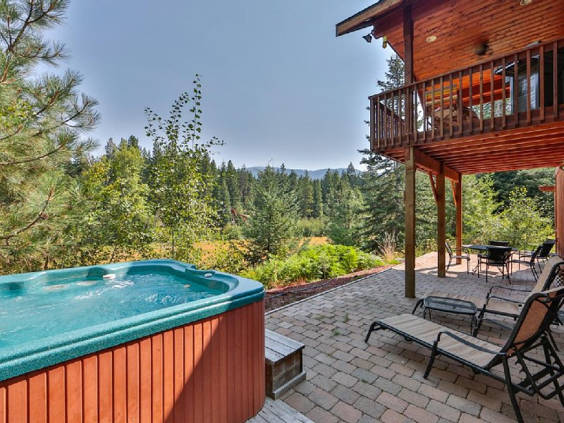 Sweet Private Leavenworth River Front Cabin with Fast WiFi & 6 person hot tub, vacation rental in Leavenworth