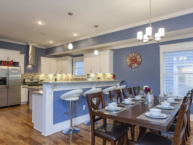 (6) 4th NIGHT FREE!- Huge New Home - Rooftop Deck, Pool Table, 3.0mi To Downtown, holiday rental in Whites Creek