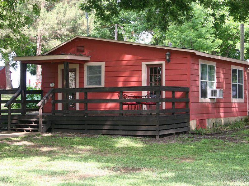 Cute cabin on beautiful 2.5 Acres along the Guadalupe River, holiday rental in Geronimo