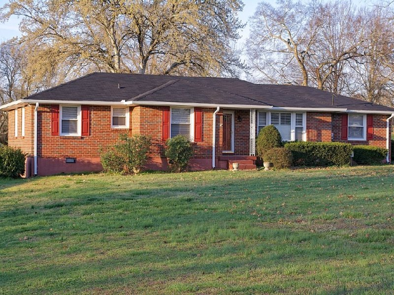 A Holiday weekend get away or gathering home. Safe, historical, super clean!, Ferienwohnung in Goodlettsville