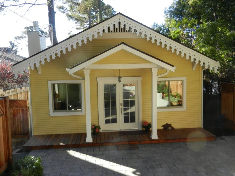 Recently Renovated 2BR, 2 Ba + Den Carmel Charmer - Gingerbread Cottage, aluguéis de temporada em Carmel