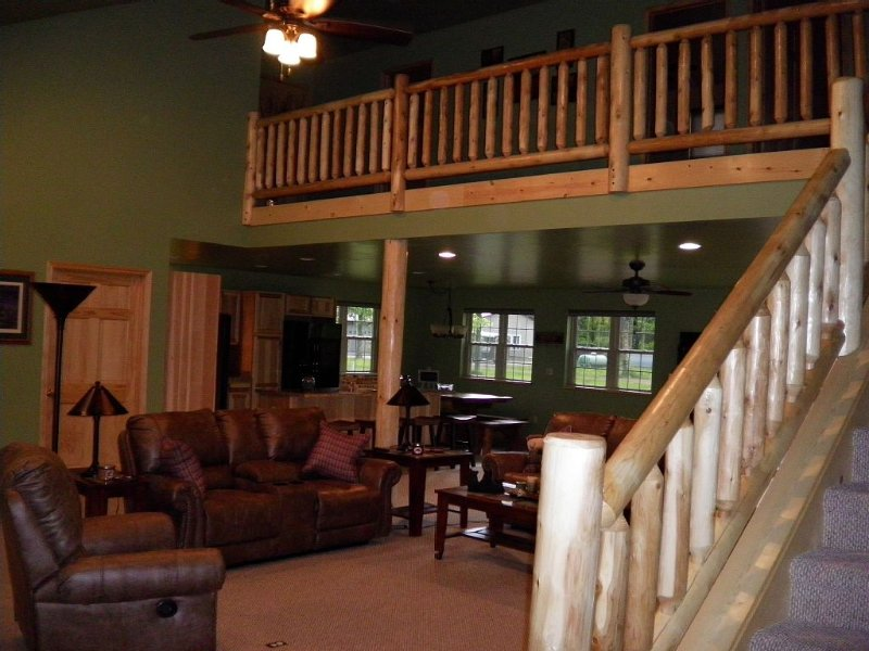 3000 sq foot custom home,Hot tub outdoors,covered front porch with rockers !!!, alquiler vacacional en Wausaukee
