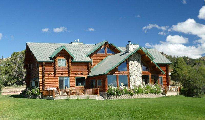 Alton Lodge / Spacious Log Home on beautiful, quiet 20 acres with large Kitchen, location de vacances à Long Valley Junction
