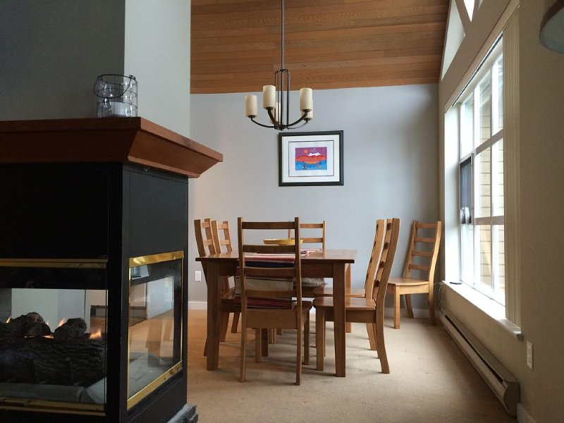 Large Four Bedroom Townhome Sleeps 9 Comfortably, At The Base Of Blackcomb, vacation rental in Whistler