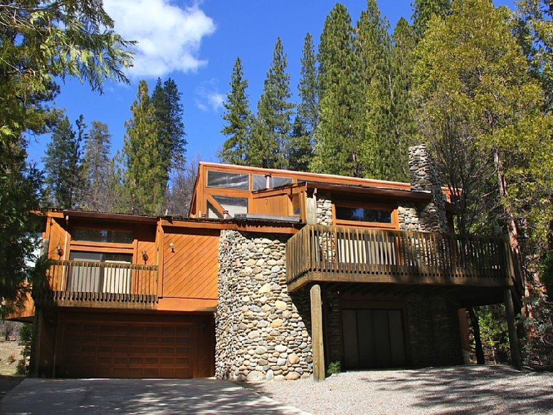FRANK LLOYD WRIGHT INSPIRED HOME INSIDE YOSEMITE NAT'L PARK-CENTRAL A/C-3 DECKS!, holiday rental in Wawona