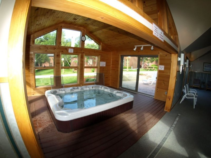 Trail Creek pool/sauna/jacuzzi King, Queen 2 Full Baths Renovated Two Level Unit, holiday rental in Killington