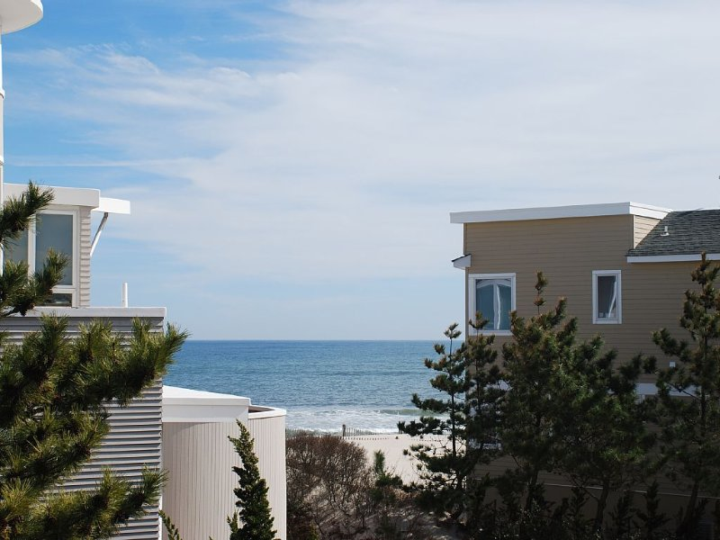 1 Off the Beach – Lovely Reverse Living Home, Great Ocean Views!, holiday rental in Long Beach Township