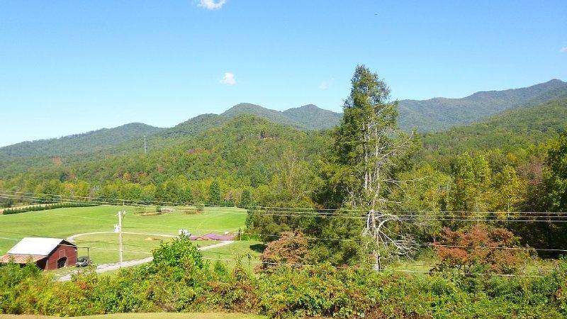 Enjoy, Beautiful, up close & personal mountain views ,1 mile from Lake Chatuge, aluguéis de temporada em Hayesville