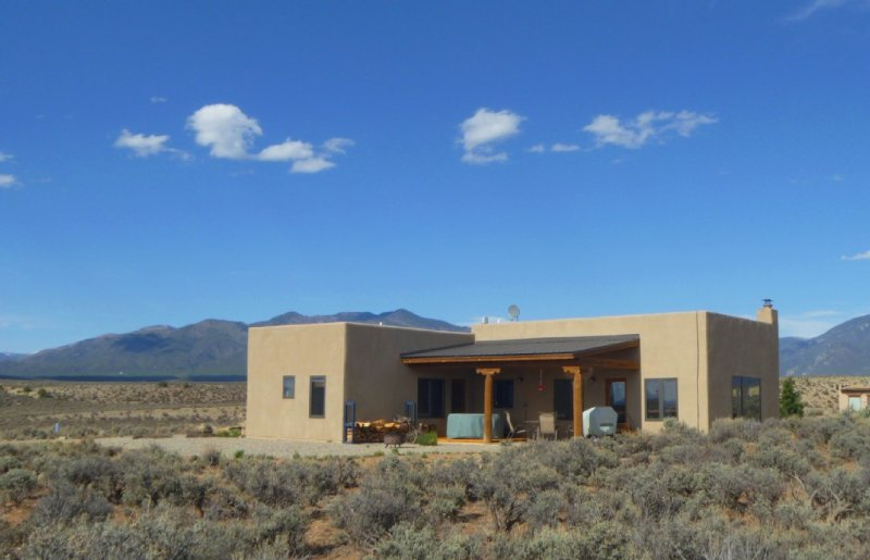Lucky Dog Casa, Spectacular Views, Pet Friendly, Hot Tub, holiday rental in Taos