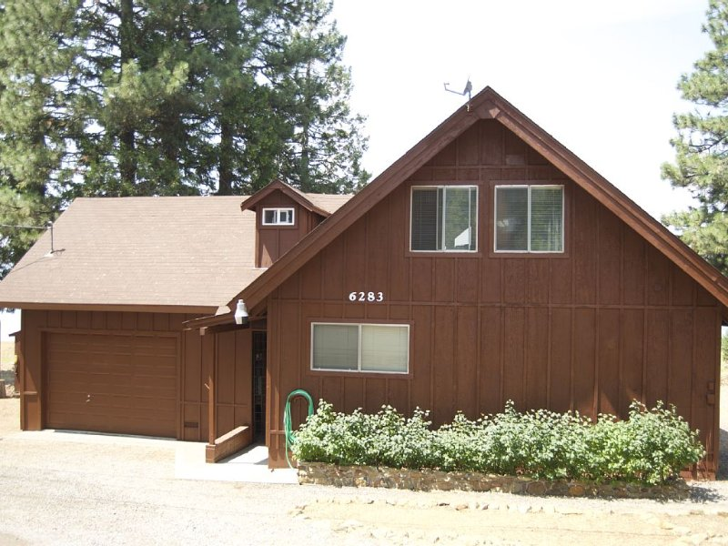 Lakefront Home W/Outstanding Views Of Mt. Lassen, Dock, Buoys & Fishing, holiday rental in Westwood