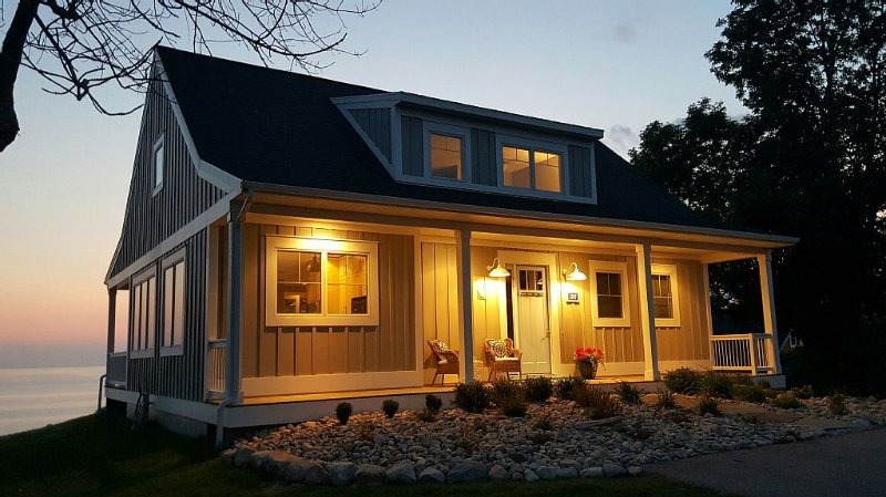 Beautiful Home on High Bluff overlooking Lake Michigan!  Jan/Feb Specials!!, aluguéis de temporada em Ludington