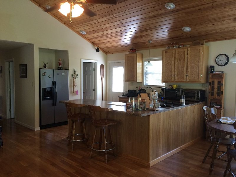 NICE NEWER  WOOD SIDED LAKE CABIN ONLY 1/2 MILE FROM LAKE BARKLEY, location de vacances à Cadiz