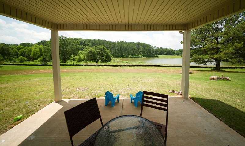 Tranquil & Safe Lake Home-great for families, location de vacances à Jonesboro
