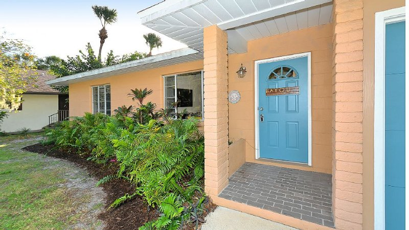 Affordable 2ba/1ba Waterfront Cottage in Sarasota close to downtown and beaches, vacation rental in Sarasota