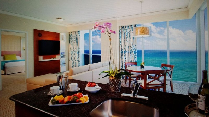 Trump International Beach Resort Oceanfront 1,100 sf 1 BR Suite w/ Direct Views, location de vacances à Sunny Isles Beach