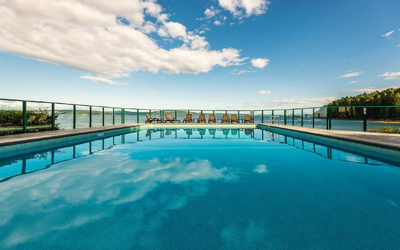 Van. Island Oceanfront Paradise out door heated pool & hot tub, tennis court!!, location de vacances à Cowichan Valley Regional District