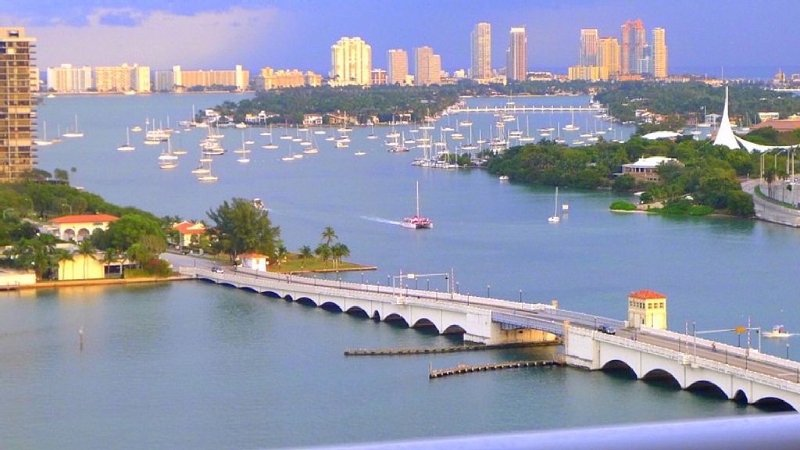 Beautiful BAY VIEW 2/2br Apt, 1100sqf, Resort Style, waterfront, vacation rental in Miami
