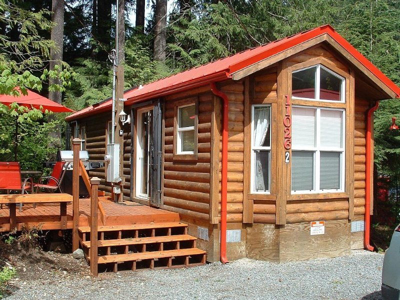 TWO CABINS AND A CABOOSE / Hot Tub /Party tower on the  Beach, location de vacances à Enumclaw
