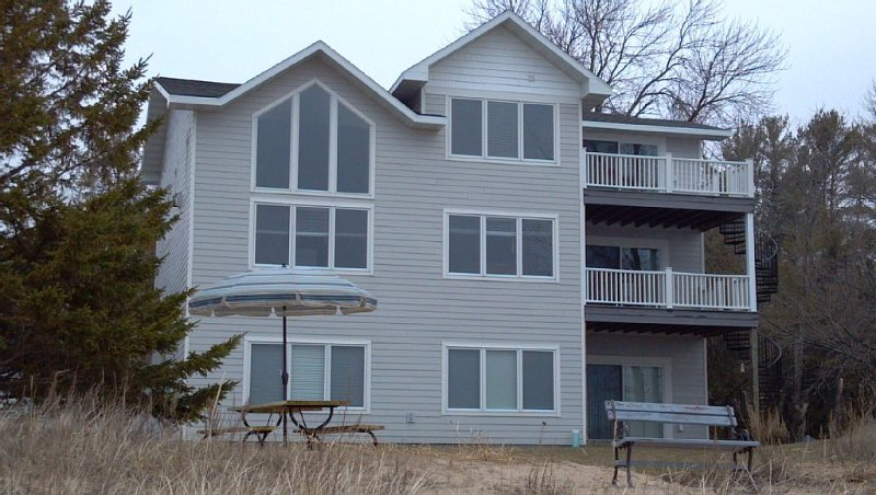 Fantastic Sandy Beach Condo For Family And Friends. Spectacular Sunrises!, location de vacances à Door County