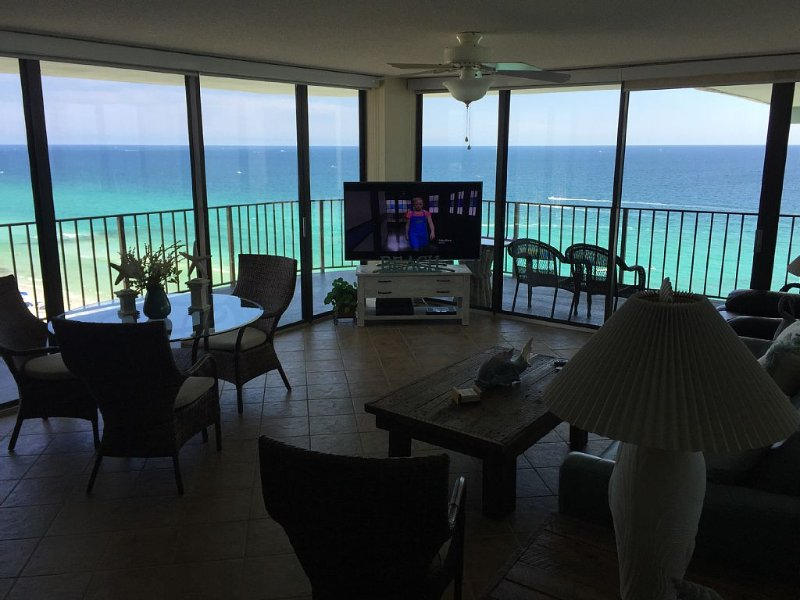 Gorgeous End Unit With Stunning Views, with Free WiFi and Beach Chair service, alquiler de vacaciones en Panama City Beach