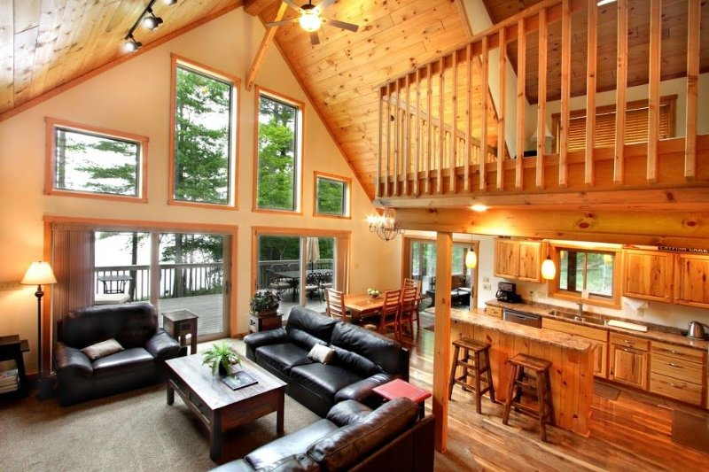 Beautiful setting of new house on Eagle River Chain of Lakes (Catfish Lake), vacation rental in Eagle River