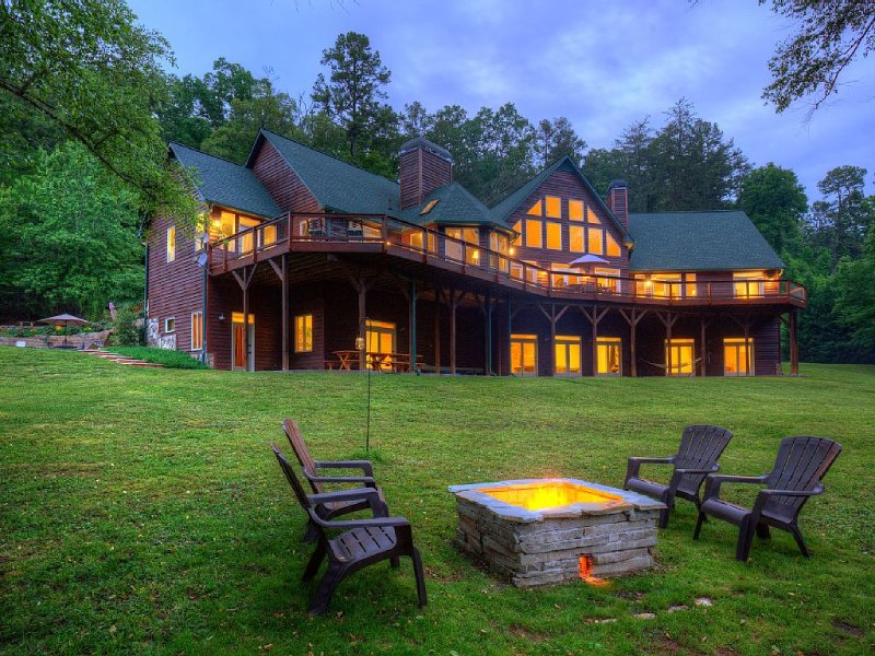 Riverfront Lodge that Sleeps 34+, Heated Pool, Movie Theatre, Sports Bar!, vacation rental in Mineral Bluff