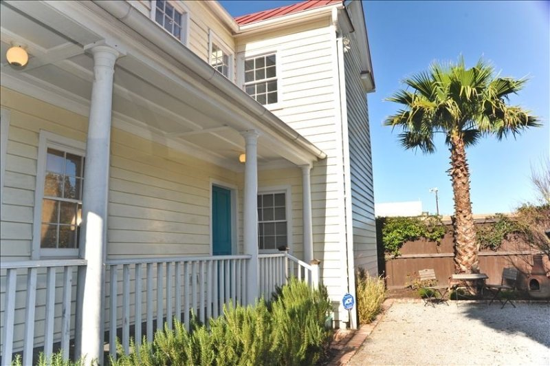 1850 Charleston Single - Historic District: Walk to Everything, holiday rental in Charleston
