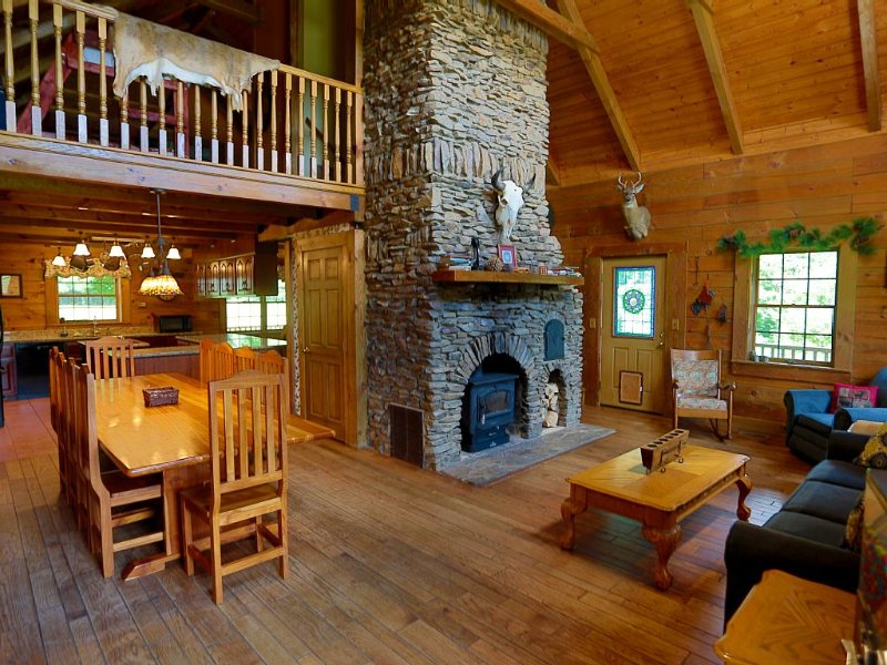 Quality Time Together! Log Cabin Sleeps 25+ Kids Love It! Pets too!, vacation rental in Mount Hope