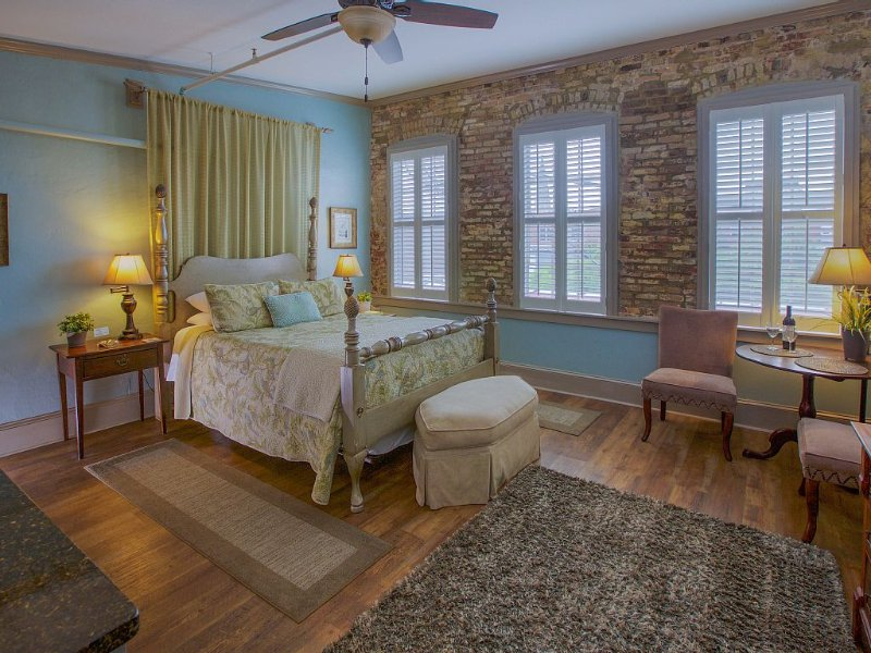 BEST LOCATION - IN THE HEART OF DOWNTOWN ON MARKE, vacation rental in Charleston